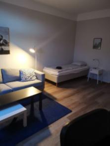 Stora rum med plats för både soffa, säng, skrivbord och bord.