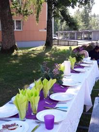 Bordet är dukat för sommarfest under ekarna
